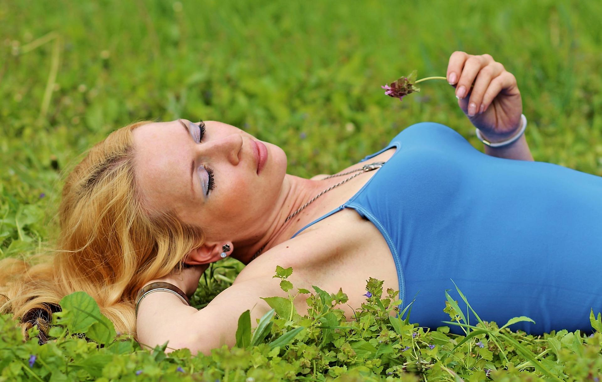 blonde-woman-1339848_1920
